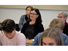Anna Ekström deltar på lektion i religion.