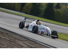 Ward WestCoast Junior Team ställde upp med båda sina bilar under tisdagens test. Här kör en av pristagarna Formula STCC Nordic-mästaren Hugo Nermans bil. Foto: Tony Welam/STCC