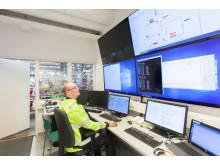 OMS-tutkimuskeskuksen vaahdotusrikastamon valvomo, mineralogi Markku Seitsaari seuraa prosessin parametreja