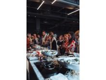 Gjester nyter den utsøkte maten på åpningsfesten av Clarion Hotel Oslo.
