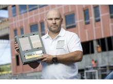 – Lanseringen av VentiGuard er et resultat av at markedet har etterspurt en raskere fasadeløsning, sier produktsjef Jonas Jalmerbrandt. Her med prøver på fasadeløsningen.