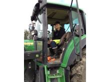Tjej i traktor grön