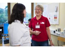 Sjuksköterskan Johanna Ylvin är samordnare för volontärerna på DS. Här i samspråk med Karin Bjelksjö som besöker Hjärtsviktsavdelningen en gång i veckan.