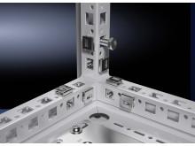De fleste af de forbedrede funktioner i Rittals nye store gulvskab VX25 skal findes i den nye rammeprofil. Eksempelvis øget tilgængelig til skabet fra alle fire sider.