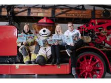 - For oss er barnebøker en helt ny måte å formidle viktig brannvernkunnskap på, sier Håvard Kleppe i Brannvernforeningen. Her sitter han til høyre for, Rikard Heimen. Bjørnis og  Marthe Gravseth Aspen.