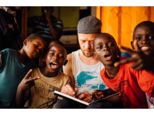 WE LOVE YOUGANDA: Björn Holzweg & kids in Kampala during a Water ART Sanitation workshop