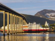 Im Licht der Mitternachtssonne präsentiert sich Tromsø den Reisenden der Hurtigruten.