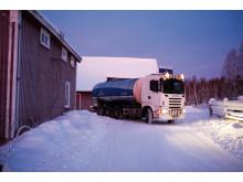 Norrmejeriers mjölkbil hämtar mjölk en vintermorgon