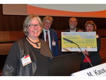 Betty Kuipers, Vizepräsidentin des Deutschen Bridge-Verbands, freut sich, die Spende der Mitglieder an die DAlzG übergeben zu können