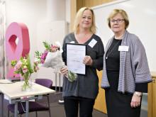 Lotta Ekholm, årets bröstsjuksköterska 2015 och Elizabeth Bergsten Nordström, ordförande i BRO. Foto Håkan Flank