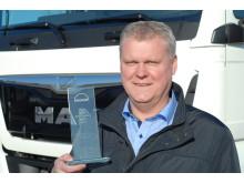 """En stolt Salgschef for MAN TopUsed, Claus Hjorth fremviser trofæet, som bevis for """"Best MAN TopUsed Market 2015"""""""