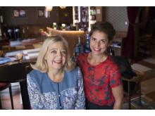 Karin Helander och Rebecca Forsberg programleder Scenpodden