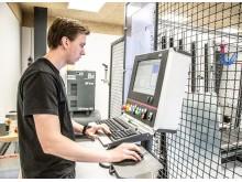 Fra bearbejdningscentrets styrepult kan operatøren overvåge den automatiske arbejdsproces.