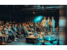 Åpningsfest med Stormkast-gutta Per Valebrokk og Petter A. Stordalen på scenen med gjester.