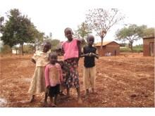 Barnen hjälper till på gården när de inte går i skolan