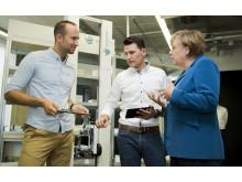 Bundeskanzlerin Merkel trifft Magazino Gründer bei UnternehmerTUM