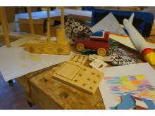 Endel av förskolebarnens ritningar och de leksaker som tillverkats utifrån ritningarna.