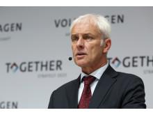 − Även om det gångna verksamhetsåret innebar stora utmaningar för oss, så har koncernens operativa verksamhet, trots krisen, levererat den bästa utvecklingen hittills, säger Volkswagen-koncernens VD, Matthias Müller.