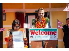 Tale og tolk - Utviklingsminister Nikolai Astrup åpnet Shree Devitar Basic School i Dolakha i Nepal