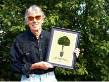 Lasse Åberg med det Tackträd han formgivit