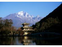 Över den gamla staden Lijiang vakar Jadedraksberget.