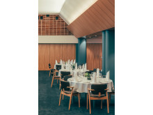 Ravintola Palacen kattopaneelit ja siirtoseinät käsiteltiin Tikkurilan Dicco Color-, Uvinol-ja Merit Blond -tuotteilla