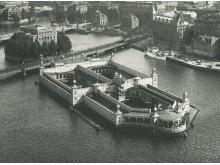 Strömbadet i Riddarfjärden öppnades 1884 och stängdes 1933 när vattenkvaliteten blivit alltför dålig. Från 1976 gick det åter att bada i Riddarfjärden, men då var badet sedan länge rivet.