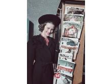 I veckomagasinen skrevs spaltmeter om filmstjärnor, mode och glamour och där gavs också handfasta tips om hur man själv kunde sy det senaste modet. Foto från 1941. Foto: Gunnar Lundh, © Nordiska museet