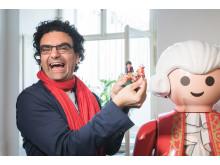 Mozart-Botschafter Rolando Villazón freut sich über die neue PLAYMOBIL-Sonderfigur