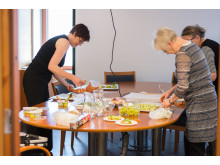 Oriveden Sydänyhdistyksen aktiivit valmistivat pieniä leipäsiä luentotilaisuuden osallistujille