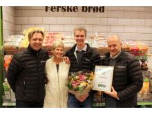 Glade vinnere: Salgs- og markedsdirektør Kai Erik Thune (f.v.), salgskonsulent Morten Høymork og kjedesalgsdirektør Tom Nordeng sammen med Grethel Ellefsen fra KIWI.