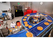 Pitkäjänteistä työtä. Energiaremontissa modernisoidaan Valkeakosken tehtaan leipomon ilmanvaihto ja hyödynnetään tuloilmalämpöpumppuja ilmanvaihdon viilentämiseen ja lämmittämiseen. Tehtaan energialasku, korjausvelka ja päästöt pienenevät.