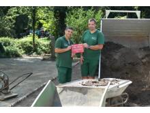 Rolf Baldes und Öczan Pekin bei den Vorbereitungen für das Azubi-Projekt im Kinderbauernhof Neuss