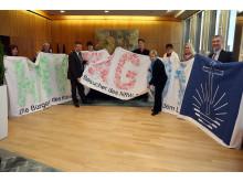 Übergabe Handabdruck-Banner im NRW-Landtag