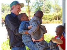 Simon Gren med barn i Tanzania