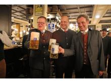 Werner Mayer, Josef Laggner und Dr. Martin Leibhard stoßen auf die Eröffnung des neuen Augustiner am Markt an