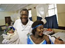 Mukwege med barn och kvinna