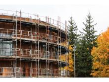 Det nye mellombygget har fått fasadekledning av tre