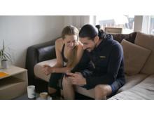 Anna Gordh Humlesjö och Ameer Mehtr guidar till yogaklasserna online