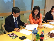 Vietnams direktør for adopsjon, Nguyen Van Binh, signerer avtalen hos Bufdir 4. juni.