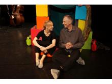 """Therese Fredriksson och Åke Zetterström i föreställningen """"Borta eller hemma""""."""