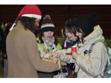 Japanska resenärer välkomnades med glögg och pepparkakor