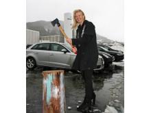 Ordfører i Fræna kommune, Tove Henøen, mått naturlig vis svinge øksa da flisfyringsanlegget ble offisielt åpnet. (Foto: Øystein Syrstad)