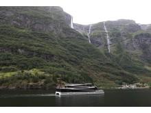 """Schadstofffrei und lautlos gleitet die """"Vision of the Fjords"""" durch die Fjordlandschaft"""