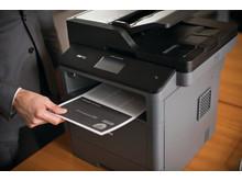 Brother MFC-L5700DN on kompaktin kokoinen monitoimilaite, jolla voi tulostaa, faksata, skannata ja kopioida.