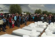 Läkare Utan Gränser delar ut förnödenheter till flyktingar i Azazdistriktet i norra Syrien.