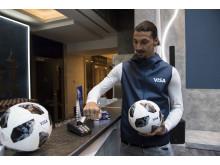 Zlatan Ibrahimović zeigt auf der FIFA Fussball-Weltmeisterschaft 2018 Russland™  die schnellen und einfachen Zahlungslösungen von Visa.