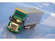 Ett stort antal lastbilar klarade inte årets första snökaos utan fastnade i backar och sladdade av vägen. Dåliga vinterdäck var huvudorsaken till det.