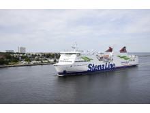 FS Mecklenburg-Vorpommern bei der Einfahrt in den Rostocker Hafen