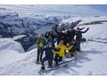 Gruppenfoto vor der Trolltunga im Winter